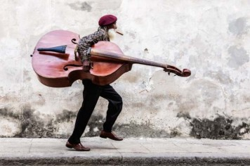 Street-Musician-by-Jeremy-Woodhouse-640x426